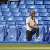Pep Guardiola dirigiendo durante el partido ante el Chelsea.