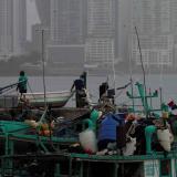 Pescadores panameños observan la nube de polvo.