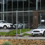 Fila de vehículos estacionados en una vitrina de ventas de un concesionario.