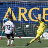 El volante del Villarreal, Gerard Moreno, marca el 2-0 durante el partido ante el Valencia.