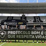 """""""Protocolo bueno es el que respeta vidas"""", decía la pancarta de protesta del Botafogo."""