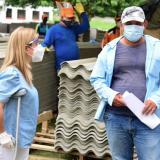 Gobernadora entrega ayudas a familias afectadas por vendaval