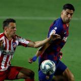 Santiago Arias disputa un balón con el uruguayo Luis Suárez.