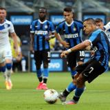 Alexis saca un disparo para anotar ante el Brescia.
