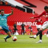 Greenwood saca un remate en el partido del Manchester United.