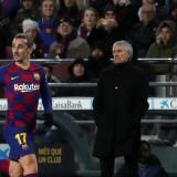 Setién observando un partido del FC Barcelona, mientras Griezmann juega de titular.