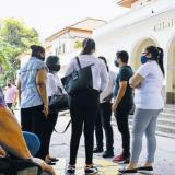 Los familiares de los fallecidos esperan a las afueras de la Clínica El Prado, en el norte de Barranquilla.