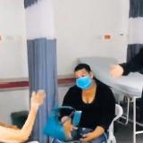 El médico cuando le cantaba a una paciente.