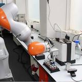 """El robot de 1,75 metros de altura utiliza un escáner láser y un sistema de """"retroalimentación táctil"""" para orientarse."""