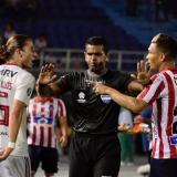 Teófilo Gutiérrez discutiendo con Filipe Luis en el juego entre Junior y Flamengo, en el 'Metro'. El árbitro Alexis Herrera trata de calmar los ánimos.