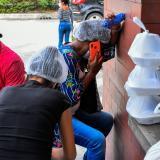 Mamá, tío y esposa de Joiner Maldonado Franco esperaban angustiados este jueves a las afueras de la Clínica General del Norte