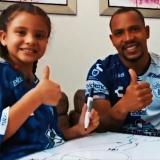 Felipe Pardo posa con su hija como nuevo jugador de Pachuca.