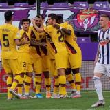 Arturo Vidal es felicitado por sus compañeros luego de marcar el gol del Barcelona.