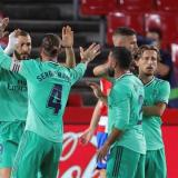 Benzema celebra su tanto con Sergio Ramos y otros compañeros del Real Madrid.