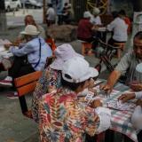 Un grupo de ancianos juegan a las cartas en una zona residencial de Pekín, China.