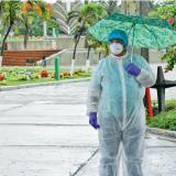 Un hombre con traje de bioseguridad ingresa al cementerio Jardines de la Eternidad.
