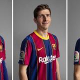 Piqué, Sergi Roberto y Sergio Busquets con la nueva camiseta.