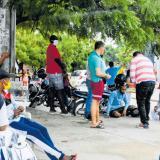 Un grupo de personas juega en una calle del municipio de Soledad.