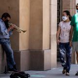 Vista de un hombre tocando trompeta en una calle de Pasadena, California, este 14 de julio de 2020.