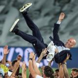 Zinedine Zidane fue levantado y aplaudido por la mayoría de sus dirigidos.