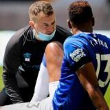 Yerry Mina es atendido por los servicios médicos del Everton.