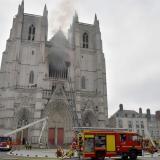 Incendio en la Catedral de Nantes fue sofocado por la rápida acción del Cuerpo de Bomberos de París.