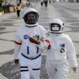 Pareja de adultos mayores viste como astronauta para pasear seguros en Río