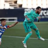 Sergio Ramos anota de cabeza el gol 100 en su carrera deportiva.