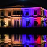 Edificio de la Intendencia Fluvial iluminado con los colores de la bandera nacional.