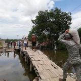 Hombres de la Armada cargan parte de los mercados enviados a la Boquilla por el Ministerio de Interior
