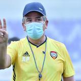El técnico Jorge Luis Pinto en su primer entrenamiento con  Emiratos Árabes.