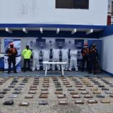 Los capturados y la droga incautada a 250 millas de Cartagena.