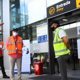 Juan Carlos Salazar, director de la Aerocivil, inspecciona una de las puertas de entrada al terminal aéreo.