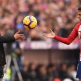 El lateral antioqueño Santiago Arias junto a su técnico en el Atlético, Diego Pablo Simeone.