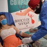 Una joven dona sangre en uno de los puntos habilitados para este proceso.