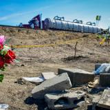 El lugar donde se accidentó y posteriormente estalló el camión cisterna es constantemente adornado con flores y vasos de agua para las ánimas.