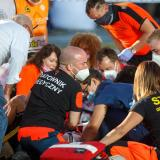 Fabio Jakobsen siendo atendido por personal médico tras sufrir la caída provocada por .