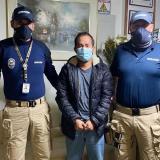 Fabián Eduardo Antón Antón (c) luego de su captura este miércoles en Bogotá.