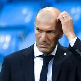 Zinedine Zidane refleja preocupación durante el juego contra el Manchester City.