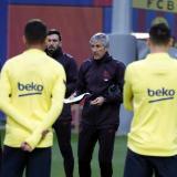 El técnico Quique Setién dando una charla en la práctica del Barcelona.
