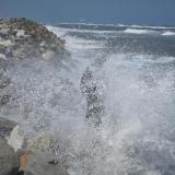 En esta zona del kilómetro 19 el mar golpea fuertemente contra el enrocado construido como una solución temporal.