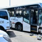 Bus de Transmetro y furgón chocan en la carrera 46