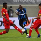 Lukaku saca un remate en el juego ante el Bayer Leverkusen.
