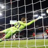 Bruno Fernandes anota de tiro penal el taqnto que le dio la clasificación al Manchester United.