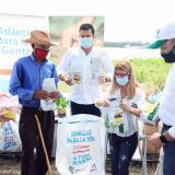 La gobernadora Elsa Noguera entrega los kits a los pequeños productores.