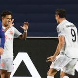Coutinho celebra su gol junto con Lewandowski.