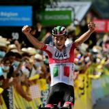 El italiano Davide Formolo, del UAE Emirates, celebra tras el triunfo de etapa.