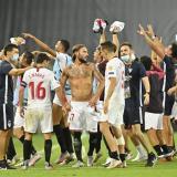 Los jugadores del Sevilla festejan tras la victoria 2-1 contra el United.