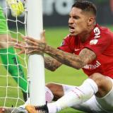 Paolo Guerrero se lamenta por una opción de gol desperdiciada con el Inter.