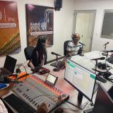 Equipo de periodistas durante un programa en vivo a través de la Radio Nacional en el municipio de Fonseca, La Guajira.